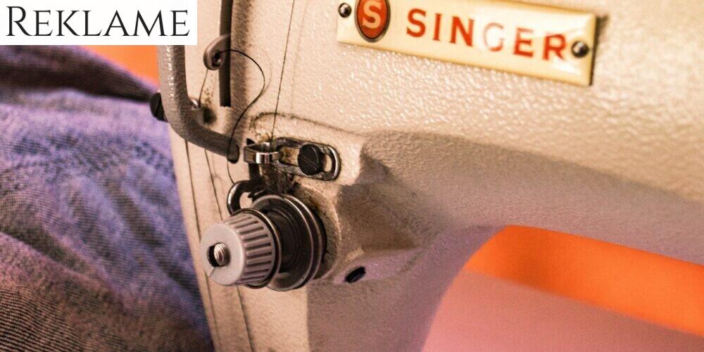 En symaskine som syer i stof.